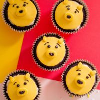 Have the perfect Disney birthday party by creating these Winnie the Pooh cupcakes. #disneyfood #birthdayparty #winniethepooh