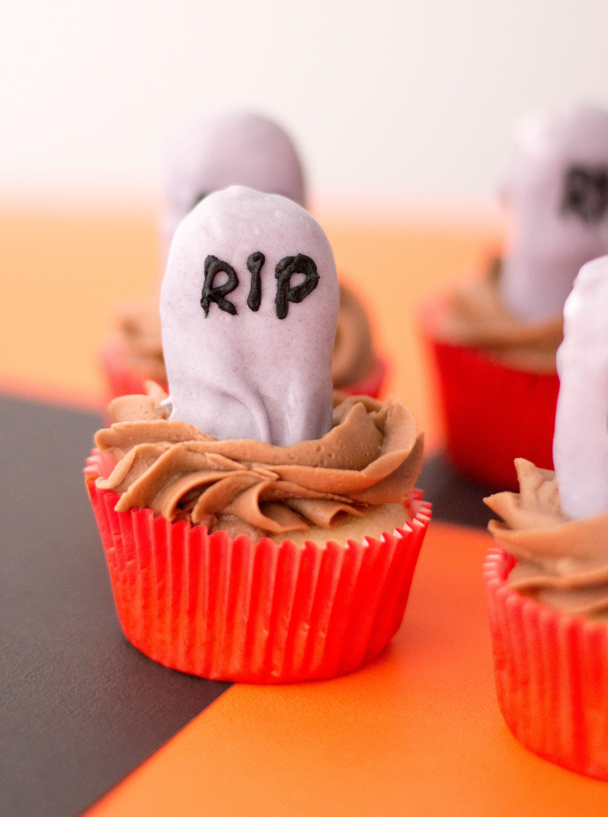 Create the perfect Halloween kid-friendly treat with these easy tombstone halloween cupcakes. #HalloweenFood #HalloweenCupcakes #HalloweenTreats