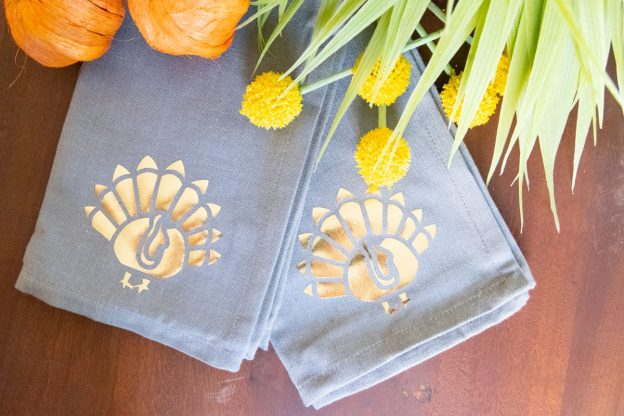 diy thanksgiving napkins with turkey and gold foil