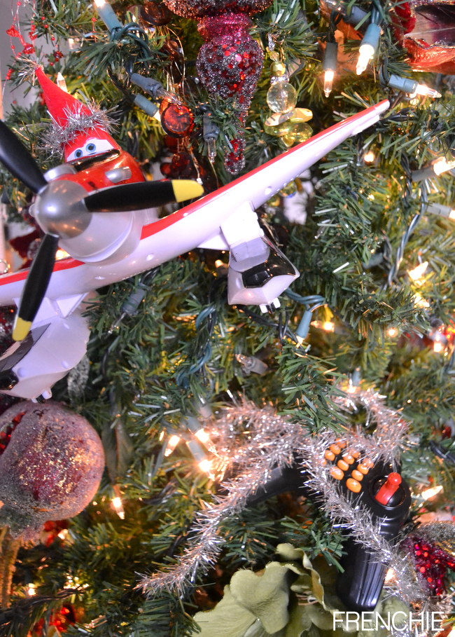 Get your childs attention by adding some creative ways to give them presents on Christmas morning! Add this cute santa hat to Dusty Crophopper from Disney's Planes! #disneytotherescue #ad
