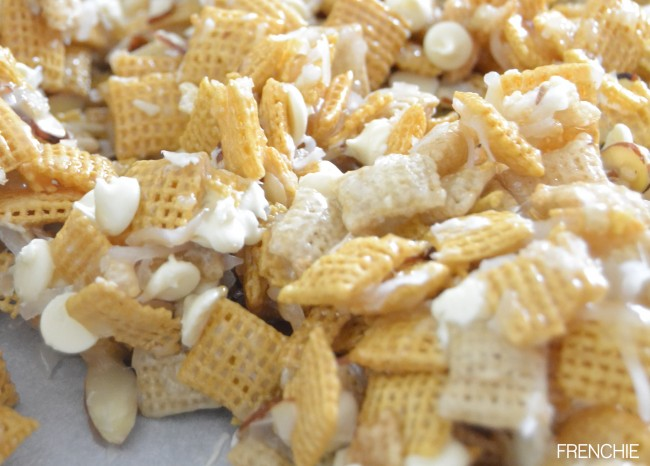 Ooey Gooey White Chocolate Holiday Chex Mix on seelindsay.com |#holidaytreats | #yummy |#christmascrack