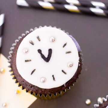 fondant circle made to look like a clock