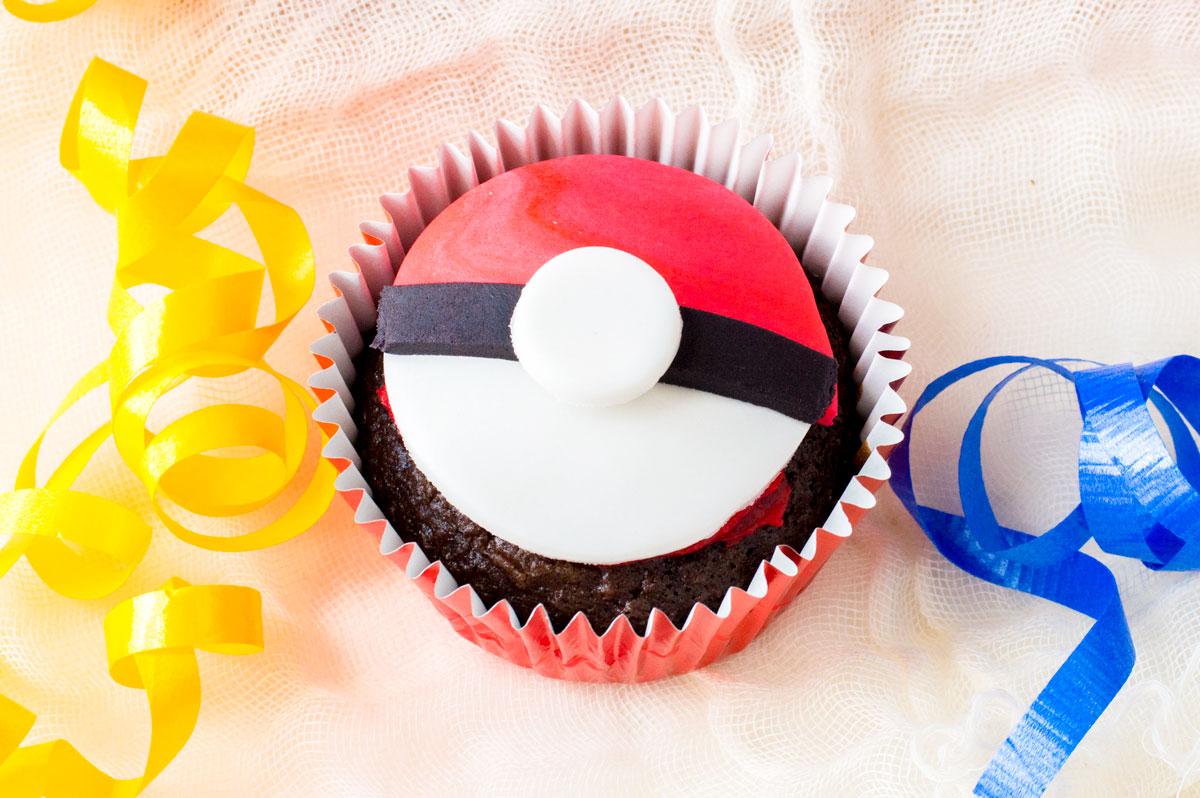 Pokemon Cupcakes – Poke Ball Style