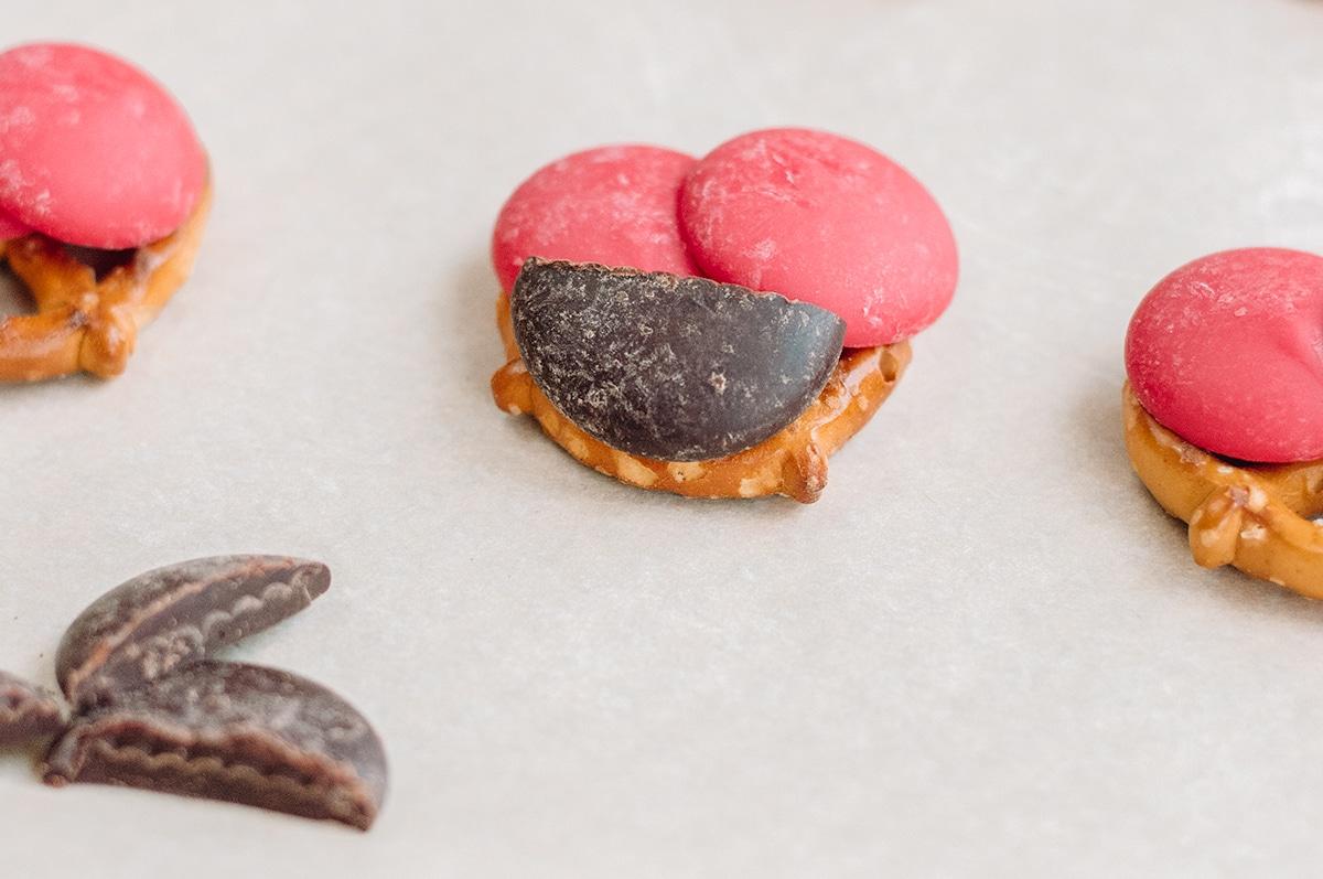candy melts on pretzels to create ladybugs