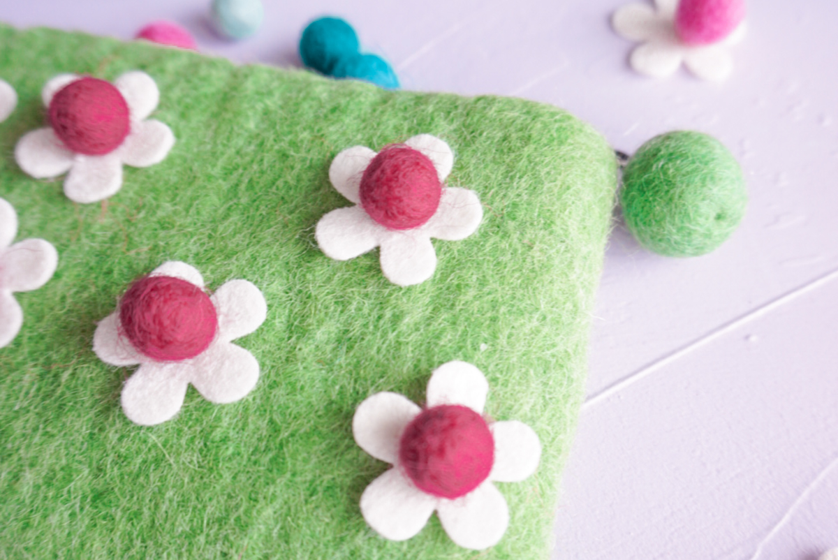 green felt coin purse with felt daisies